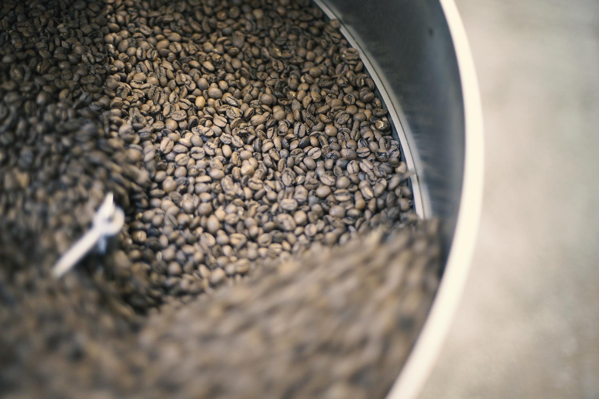 Gros plan sur des grains de café lors de la torréfaction