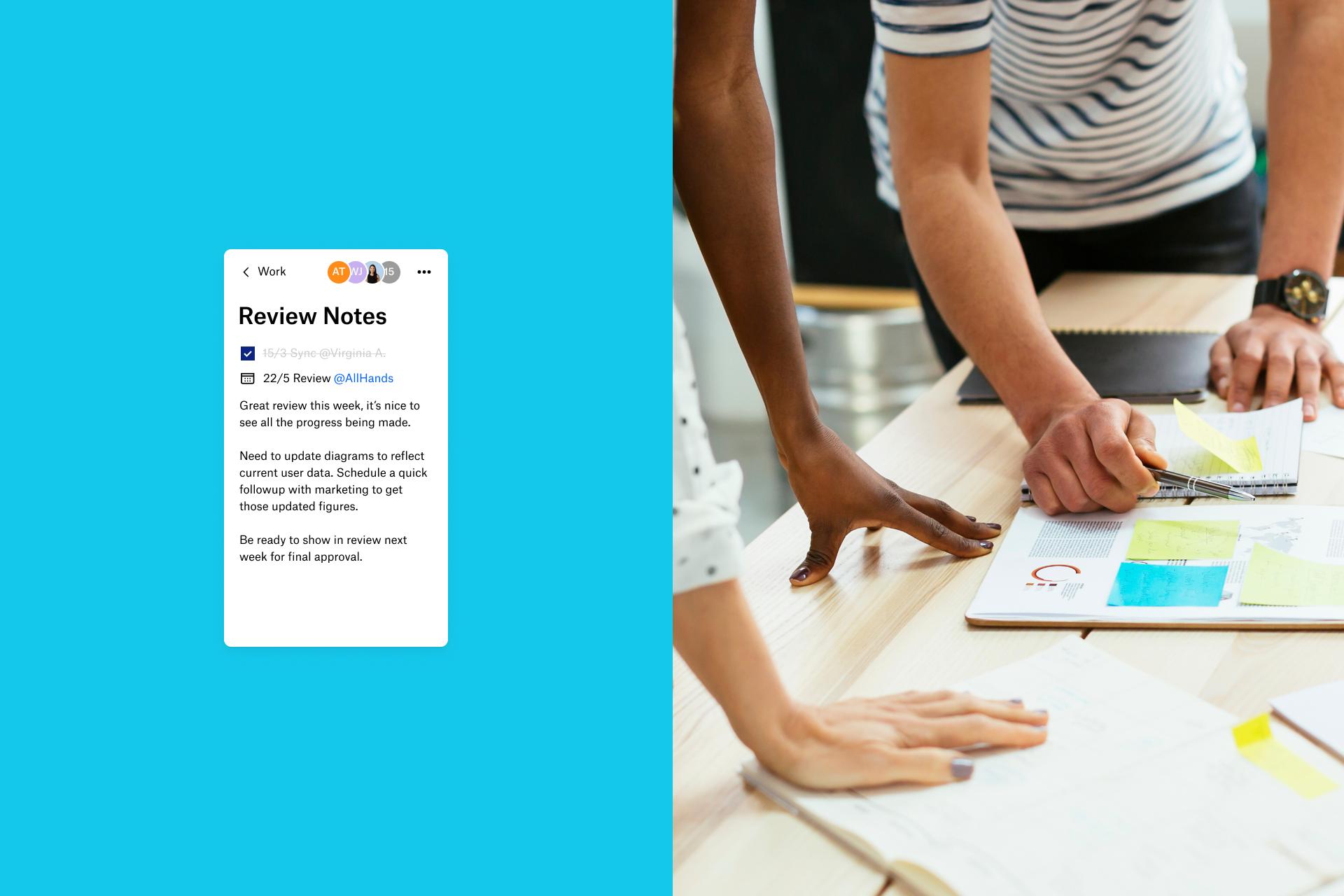 Två personer granskar anteckningar i Dropbox Paper i stället för fysiska anteckningar som en del av sitt företags digitala omvandling