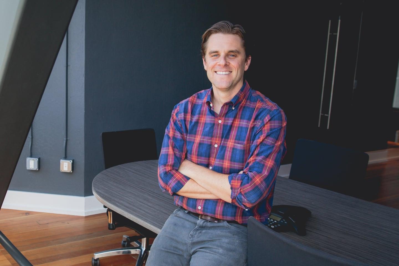 Dropbox を導入している、2B Living の創設者で CEO のブルックス・バスキン氏の写真