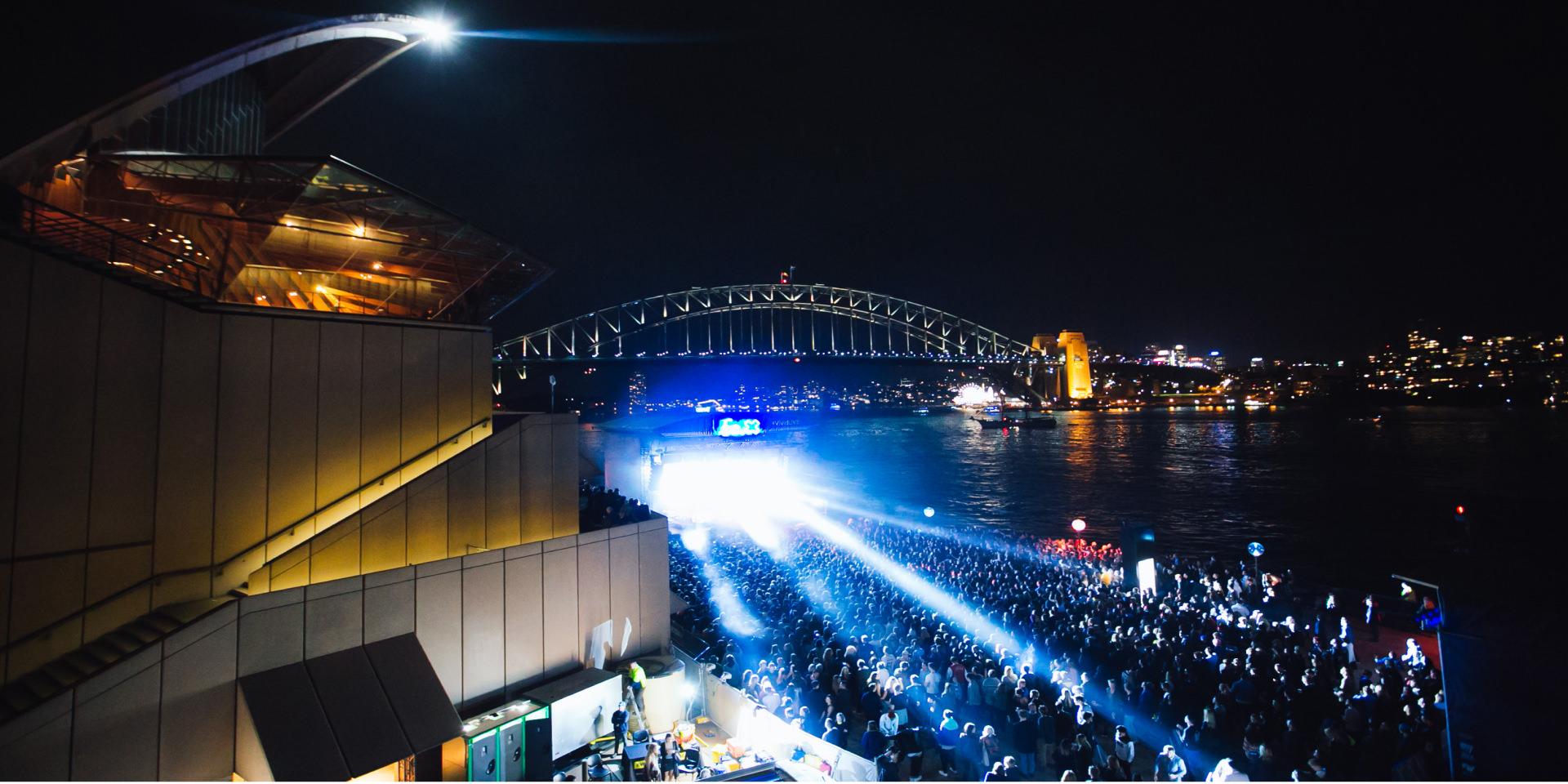 konser musik di luar ruangan pada malam hari