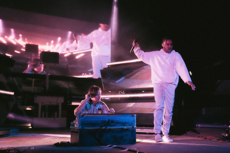 音樂藝人在舞台上表演