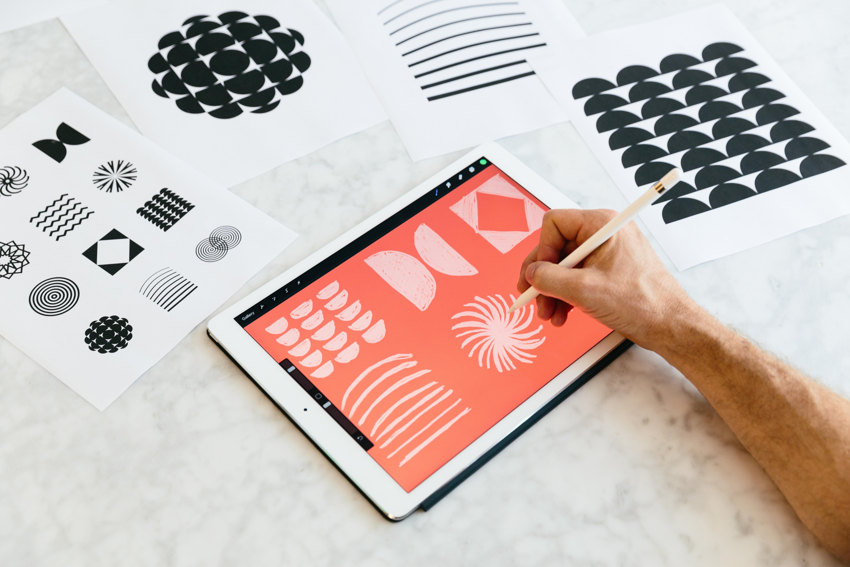 Iemand tekent vormen op een digitale tablet