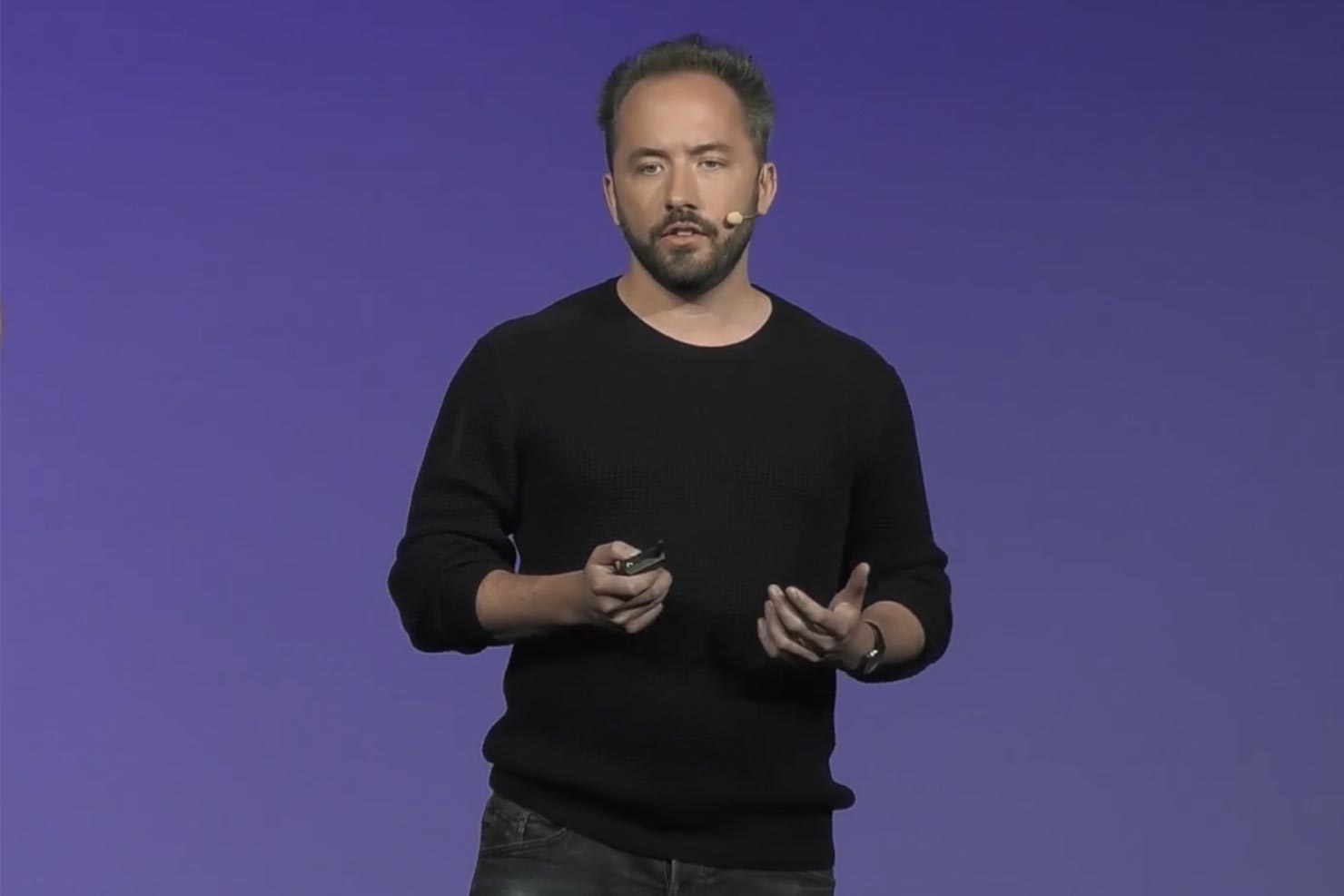 Drew Houston, CEO for Dropbox, snakker på en scene