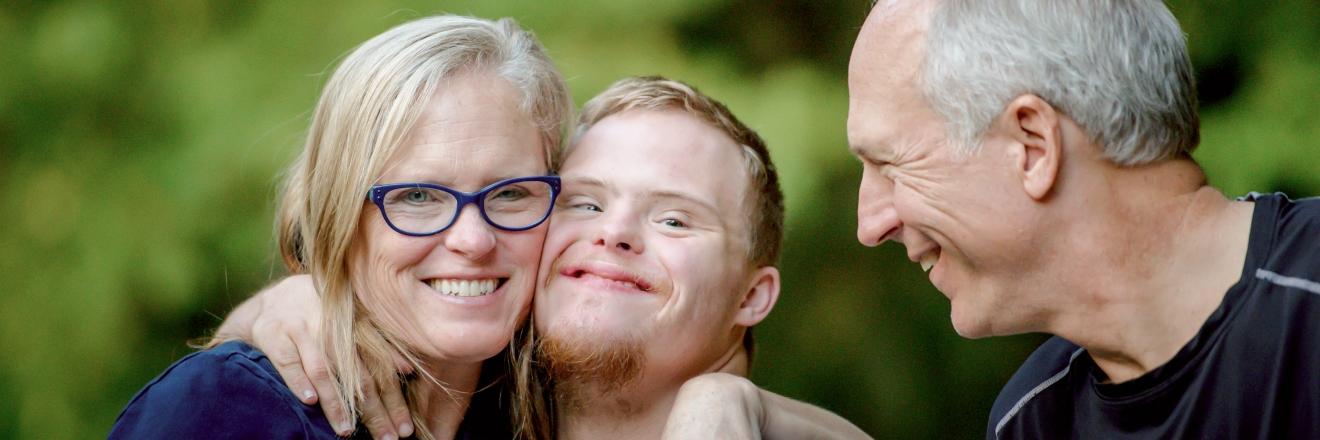 Een gezin lacht samen.