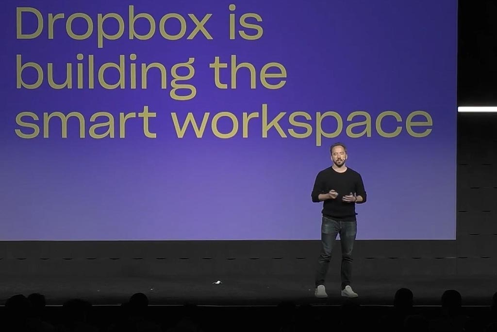 Drew Houston CEO för Dropbox, presenterar på en scen