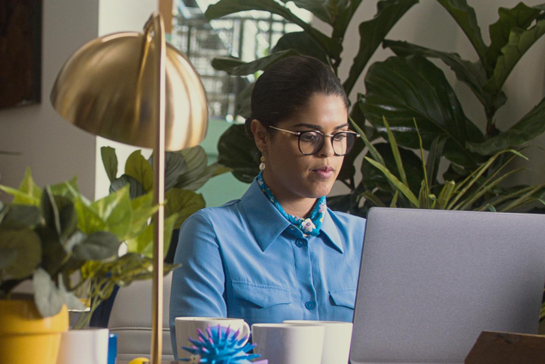 Donna che lavora su un laptop da casa