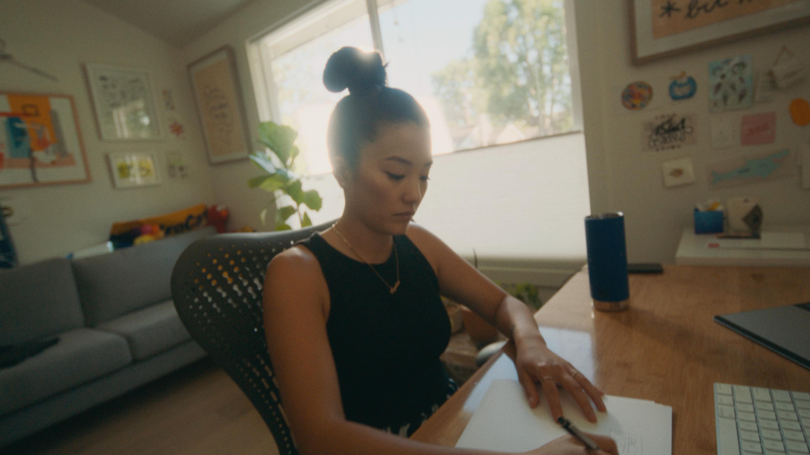 La créatrice de meubles Nicole Crowder travaillant sur son ordinateur portable