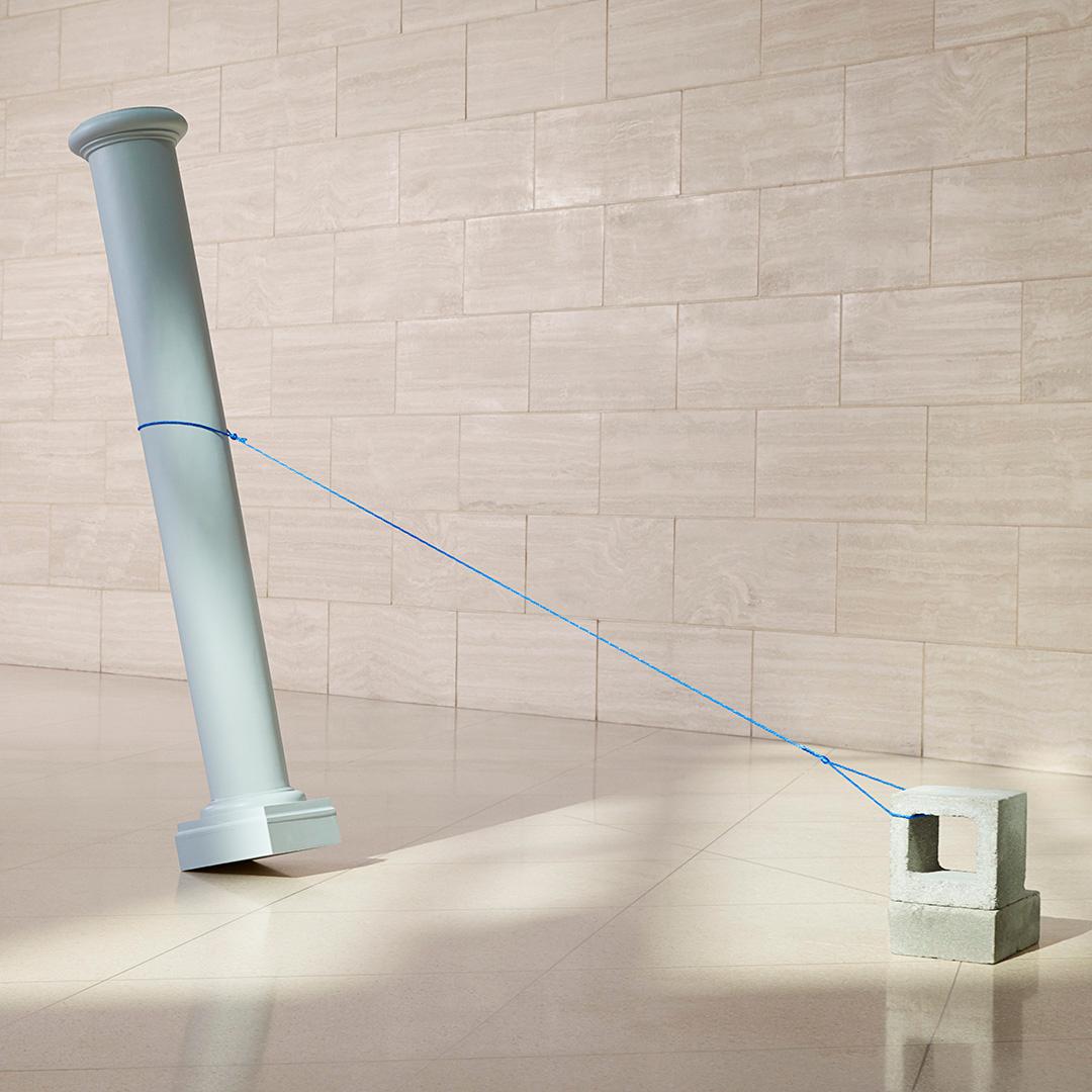 Pilar sostenido con seguridad por una cuerda atada a un bloque de hormigón.
