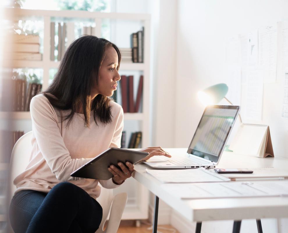 Kvinde, der indtaster noget på en computer